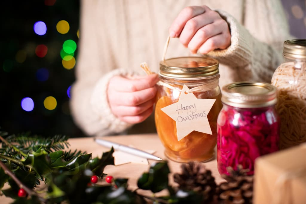 putting-reusable-wooden-gift-tag-on-homemade-jars-of-preserved-fruit-picture-id1191907689.jpg